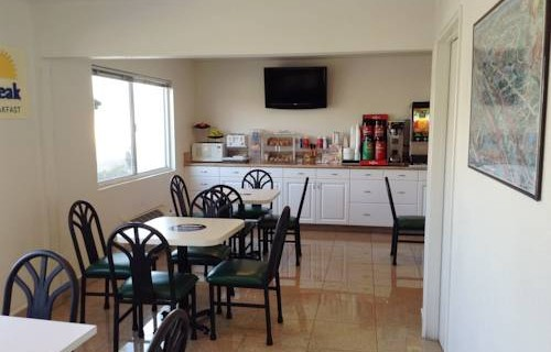 Days-Inn-Oceanside-beachfront-economy-hotel-breakfast-area