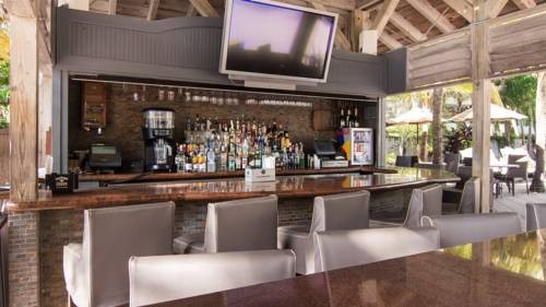 National-Hotel-Miami-Beach-Oceanfront-Hotel-pool-side-sports-bar